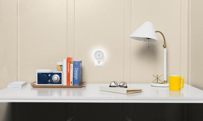 leeo-smart-alert-nightlight-desk