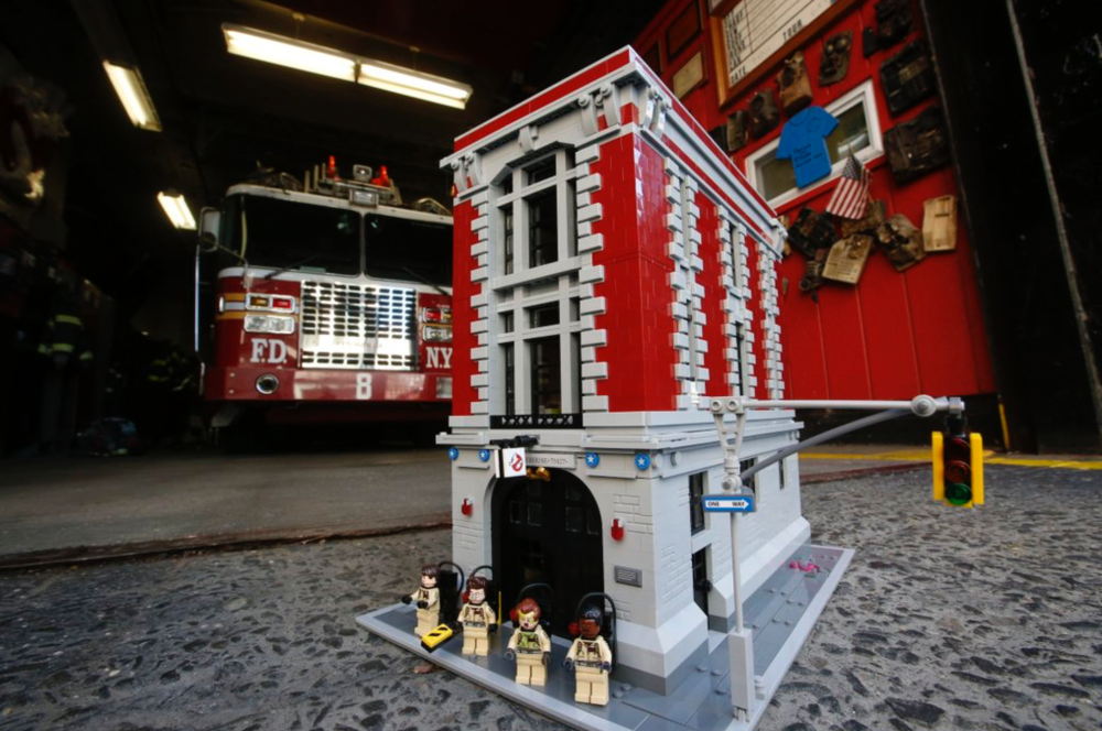 lego-ghostbusters-firehouse-detail