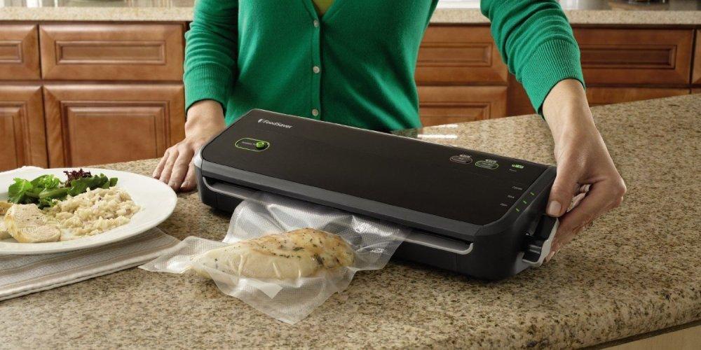 FoodSaver Vacuum Sealing System with Starter Bag:Roll Set (FM2000-000)