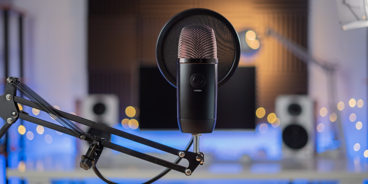 Innogear mic stand holding blue yeti X
