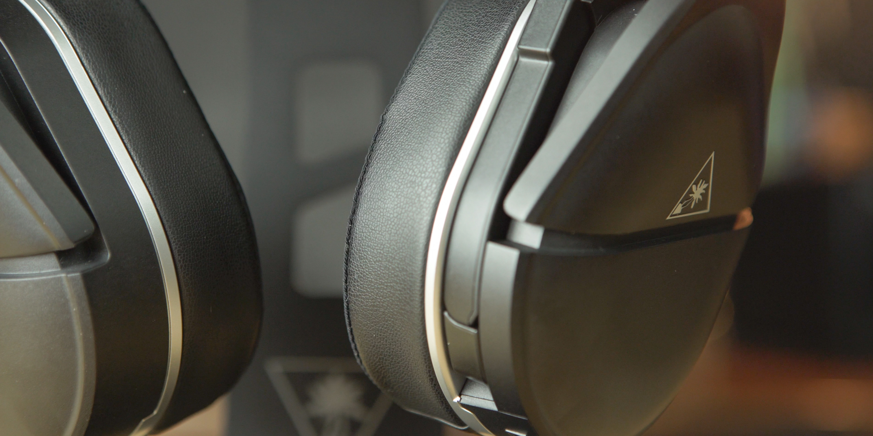 Close-up of how the microphone fits in the body of the earcup