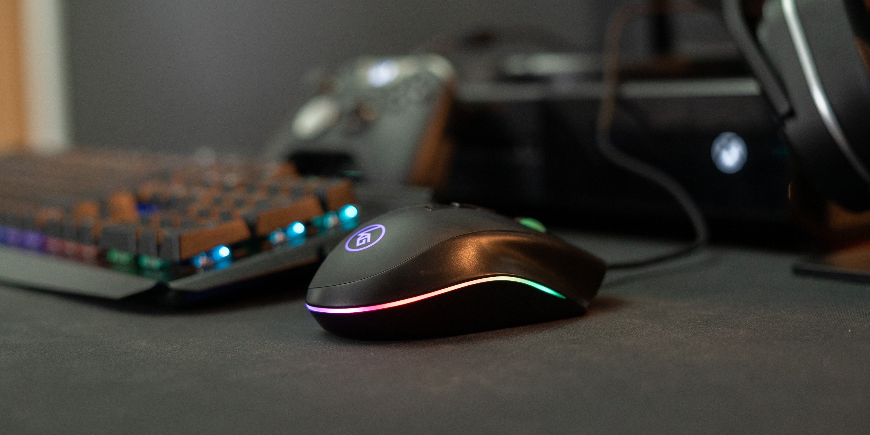 MMOMENTUM Pro mouse in front of Xbox One