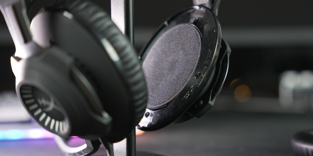 The drivers on the Cloud Revolver deliver a huge soundstage with deep bass.
