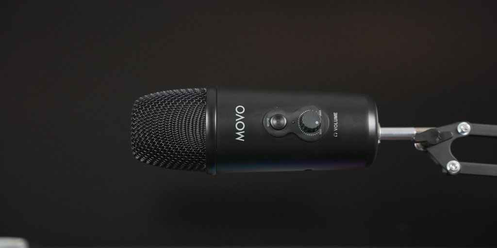 Movo UM700 mounted horizontal on a mic stand