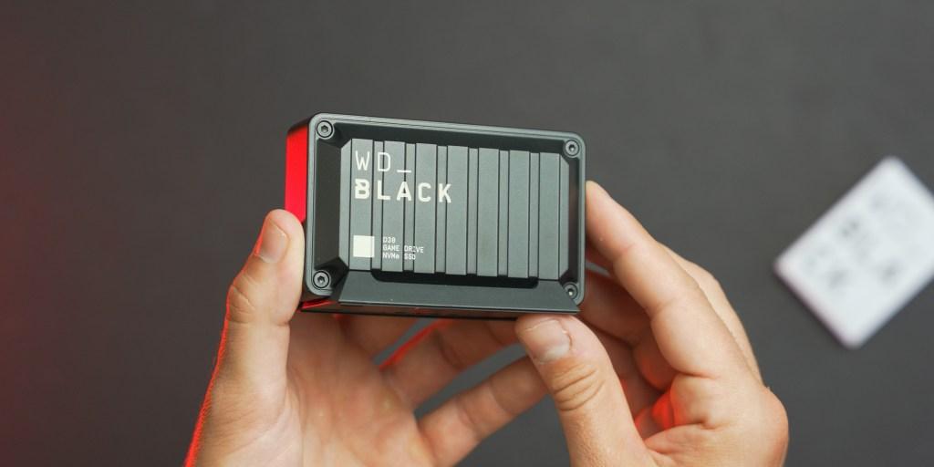 De meegeleverde standaard maakt het gemakkelijk om de WD Black D30 ten strijde te trekken.